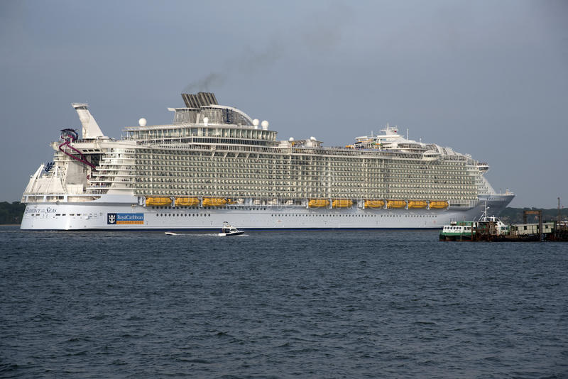 Harmoni av havsvärldens det största skeppet för kryssning arkivbild