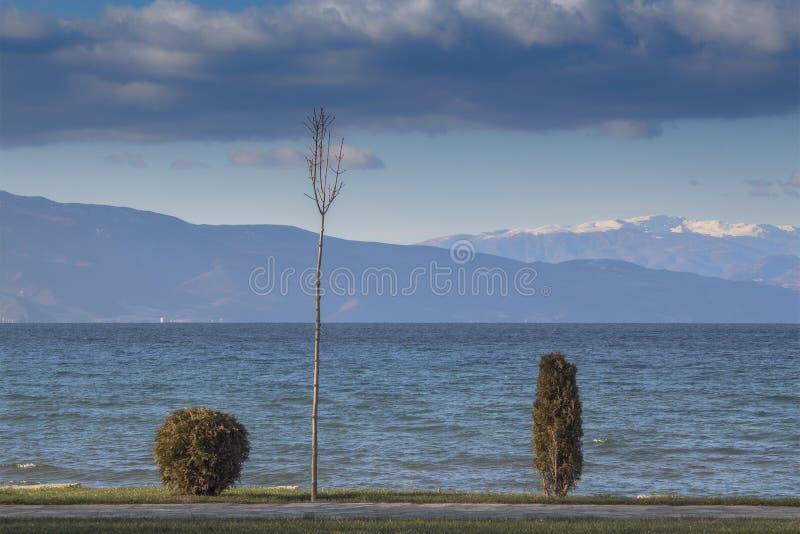 harmonia naturalna Zima krajobraz Ohrid jezioro, halni wzgórza i chmurny niebo, obrazy royalty free