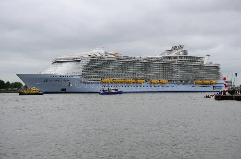 Harmonia o navio de cruzeiros o maior de mares do mundo que sae de Rotterdam imagem de stock