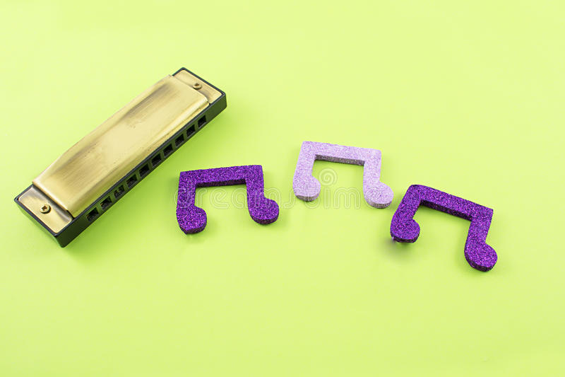 Harmonica avec les notes musicales photos stock