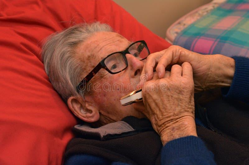 Harmonica de jeu de vieil homme photos libres de droits