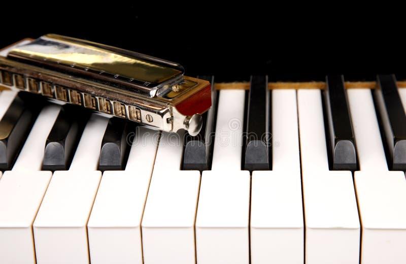Harmonica et piano photographie stock