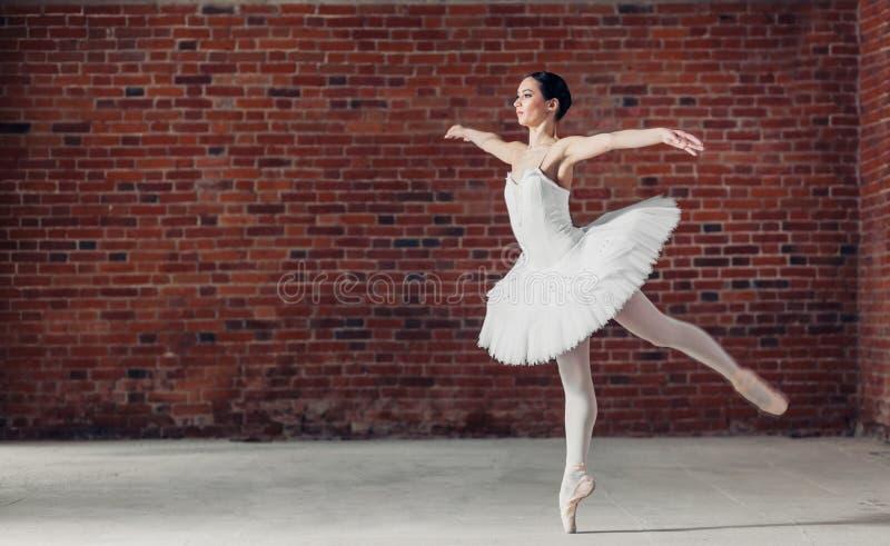 Harmonijny dziewczyna taniec w baletniczym studiu zdjęcia stock