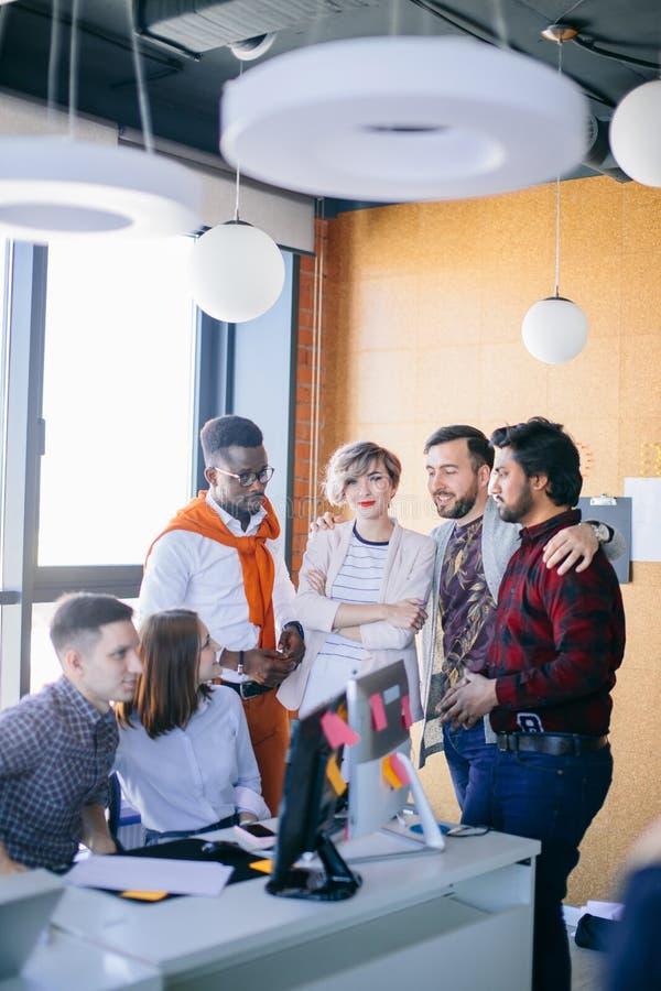 Harmonisk grupp av unga anställda arkivbilder