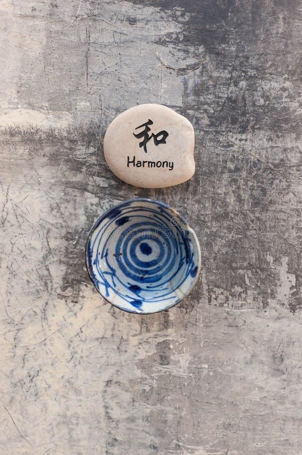 Harmony Zen Stone und Tee-Schüssel stockfotografie