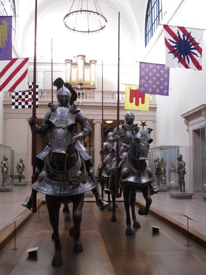 Harnesk för man och häst i storstads- konstmuseum arkivbild