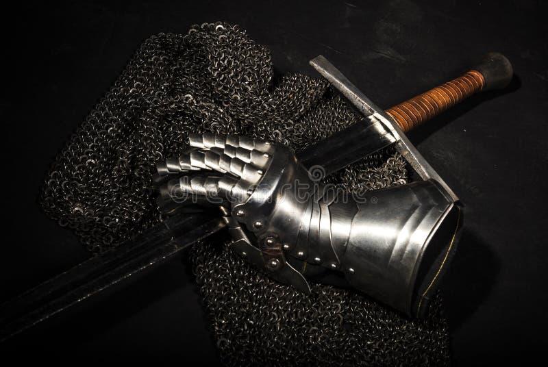 Harnesk och svärd royaltyfri bild