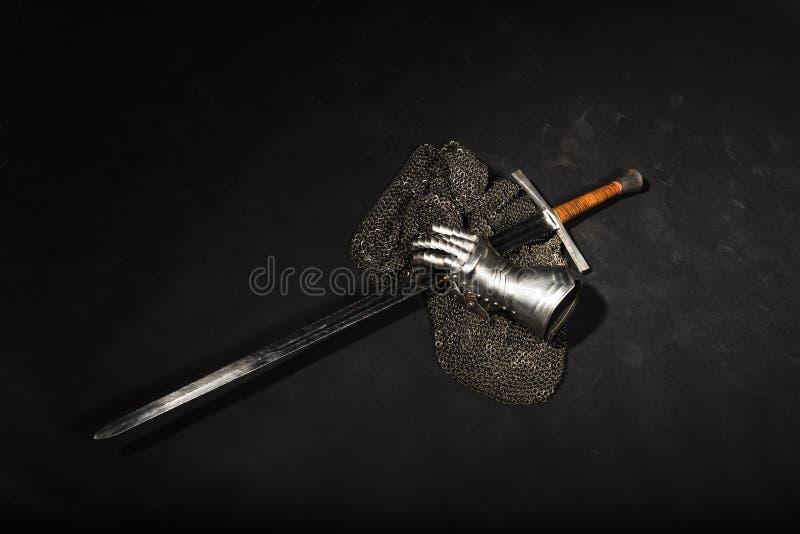 Harnesk och svärd arkivbild