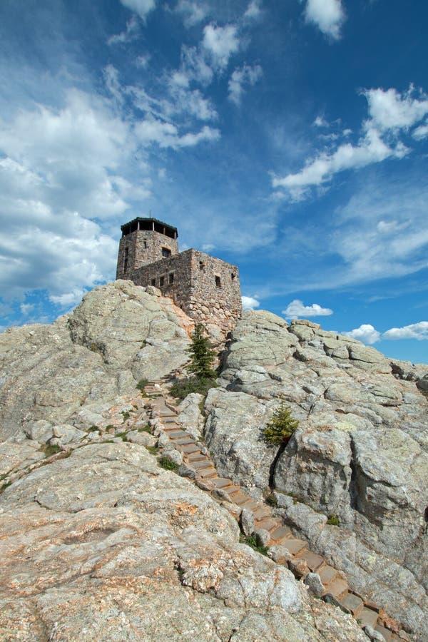 Harney ragen Feuer-Ausblick-Turm mit Steinmaurerarbeitschritten in Custer State Park im Black Hills von South Dakota empor stockfoto