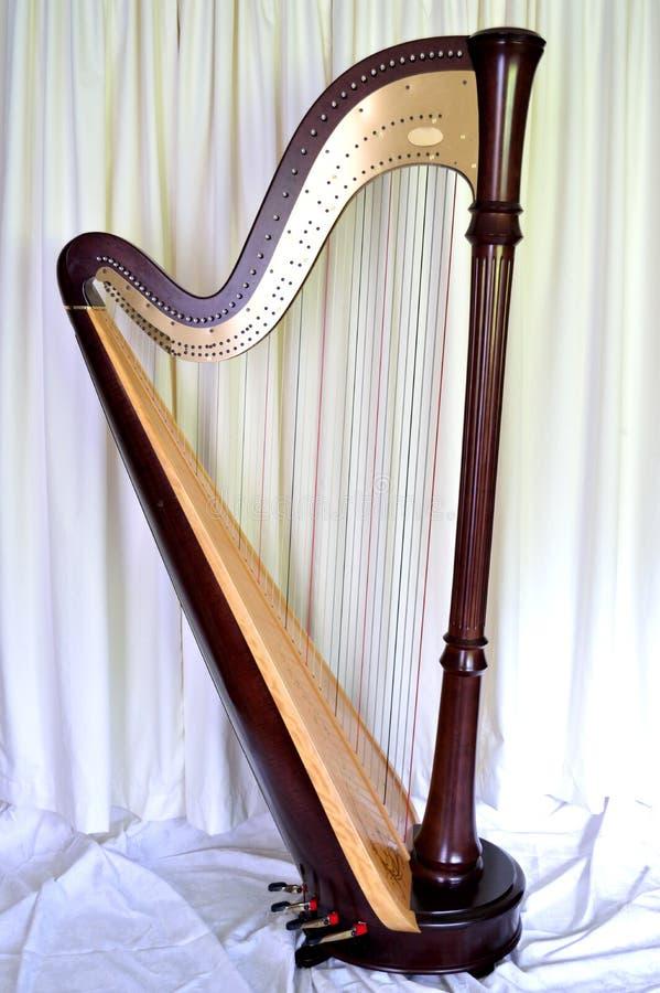Harp van het overleg de grote pedaal tegen witte gordijnen royalty-vrije stock foto