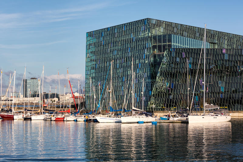Harpa有风船的音乐厅,雷克雅未克,冰岛 免版税库存图片