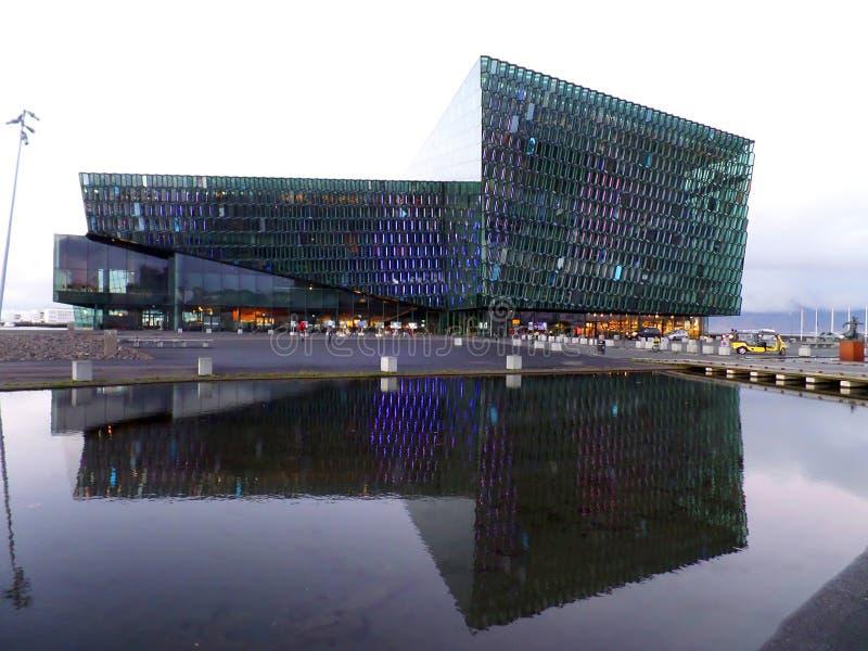 Harpa Concert Hall och konferensmitt som bedövar gränsmärket av Reykjavik, Island arkivfoton