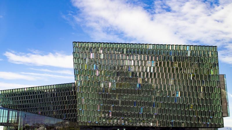 Harpa-Konzertsaal und Opernhaus in Reykjavik, Island, bunte geometrische Glasfassade stockfotos