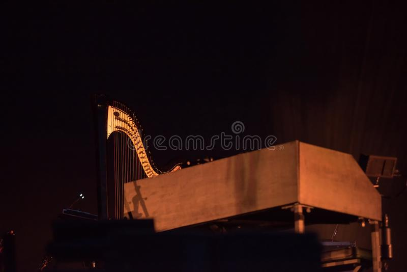 Harpa och piano på etappen royaltyfria foton