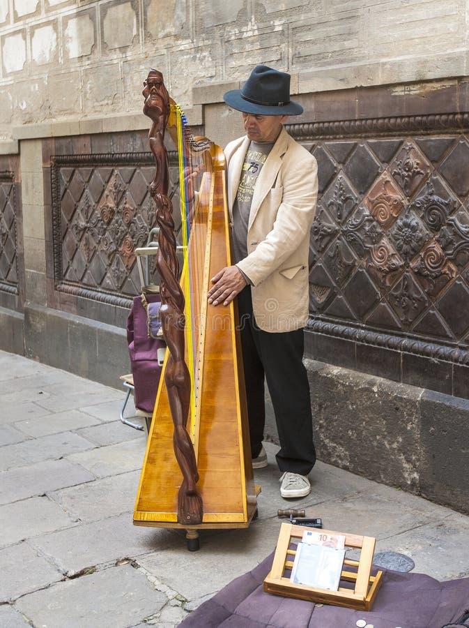 Harpiste inconnu de rue sur une des rues images stock