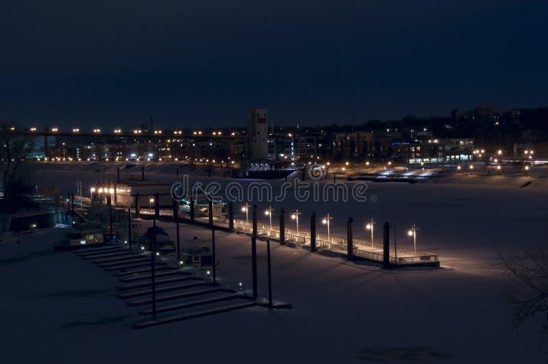 Harriet Island Pier sur le fleuve Mississippi en hiver photographie stock libre de droits
