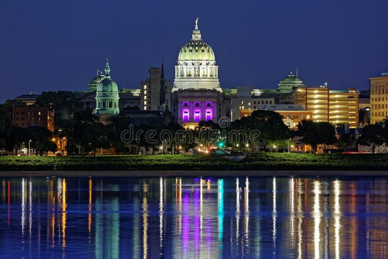 Harrisburg Pennsylvania på natten royaltyfria bilder
