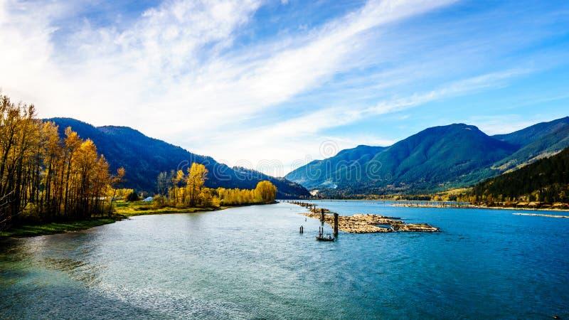 Harrison River på Harrison Mills, som det flödar till och med Fraser Valley royaltyfri foto
