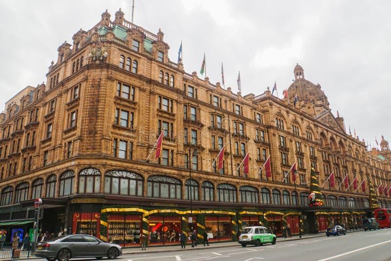 Harrod-Einkaufszentrum mit Weihnachtsjahreszeit-Grußdekoration in London stockfoto
