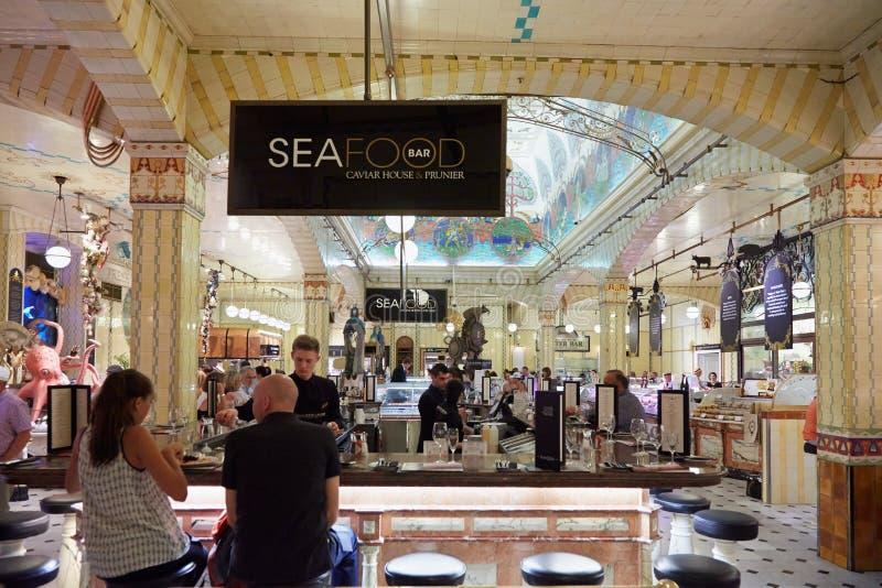 Harrods百货商店内部,海鲜区域 库存照片