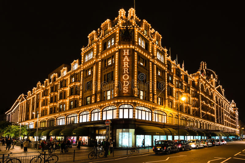 Harrods varuhus i London på natten royaltyfria bilder