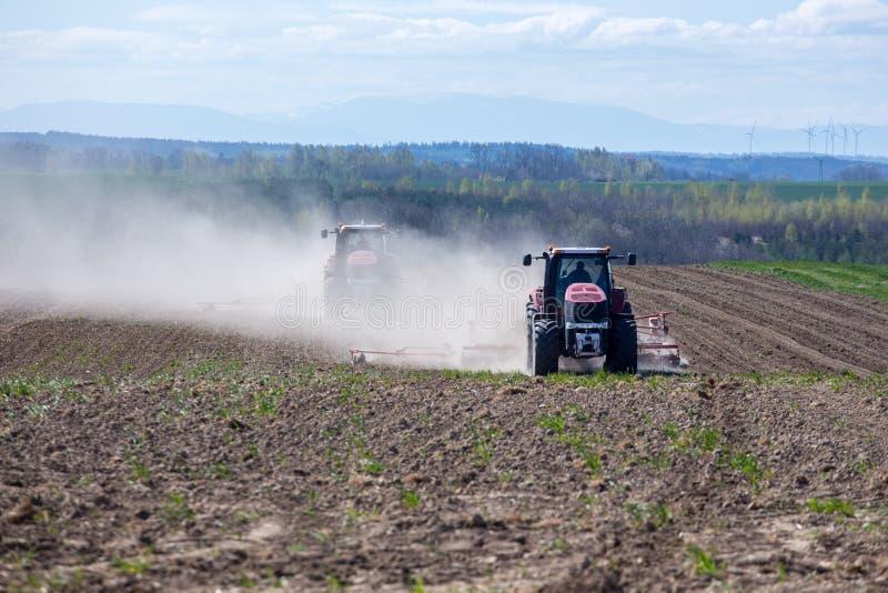 Download Harrowing Tractor Het Gebied Stock Afbeelding - Afbeelding bestaande uit agronomie, duidelijk: 54092547