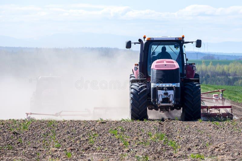 Download Harrowing Tractor Het Gebied Stock Foto - Afbeelding bestaande uit duidelijk, landbouw: 54092680