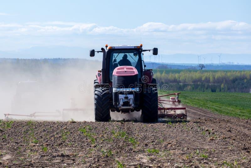 Download Harrowing Tractor Het Gebied Stock Foto - Afbeelding bestaande uit gemodelleerd, gebied: 54092714