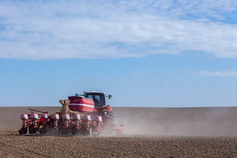 Download Harrowing Tractor Het Gebied Stock Foto - Afbeelding bestaande uit beroep, landschap: 54092880