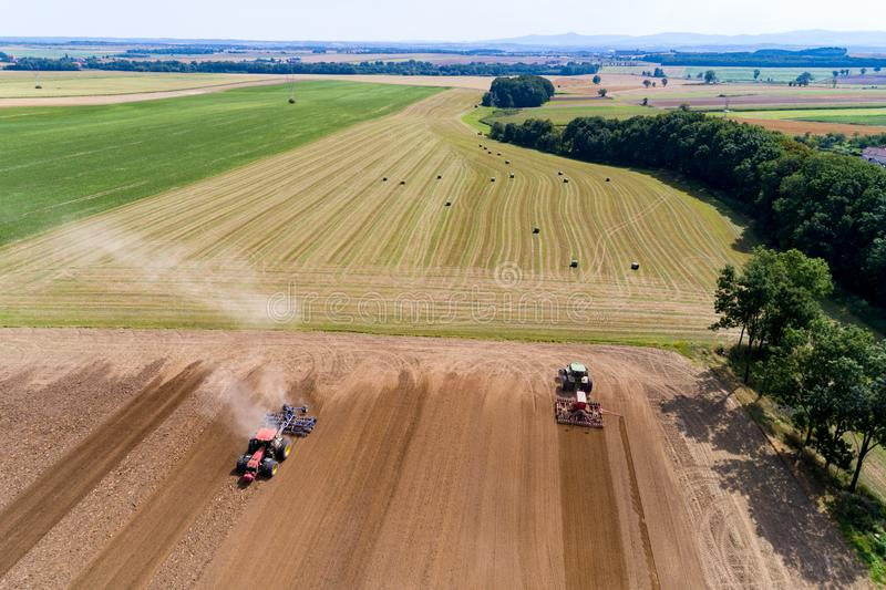 Harrownig de tracteur le grand champ brun image libre de droits