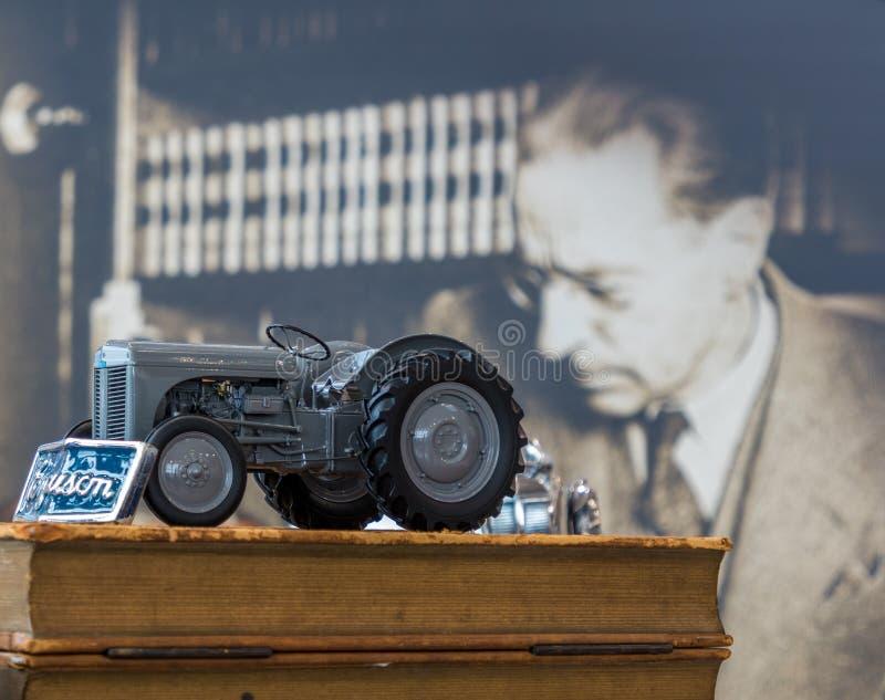 Harry Ferguson et un tracteur modèle de TE 20 photo libre de droits