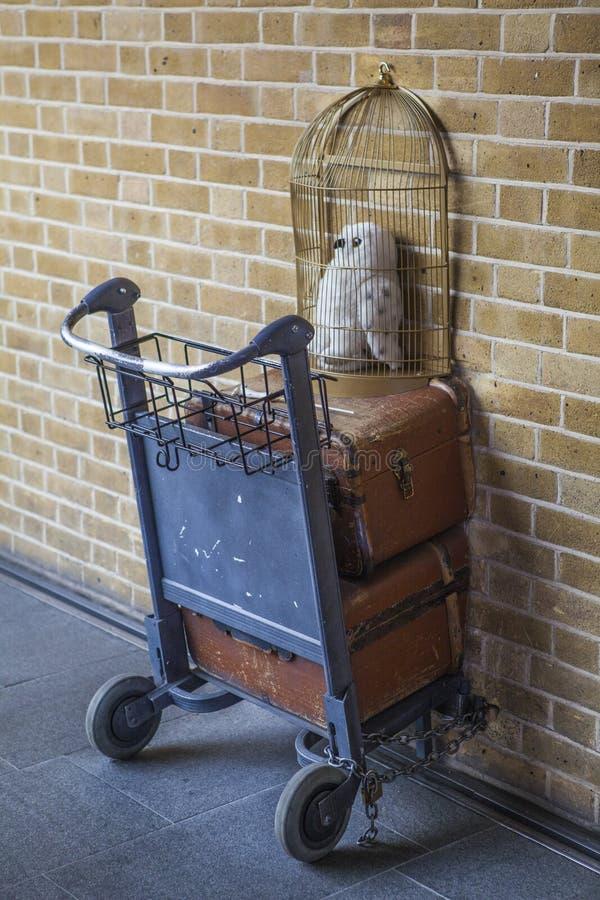 Harry Potter Platform 9 3/4 på konungkorsstationen fotografering för bildbyråer