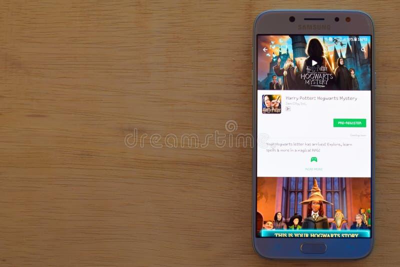 Harry Potter: Uso del revelador del misterio de Hogwarts en la pantalla de Smartphone fotos de archivo libres de regalías
