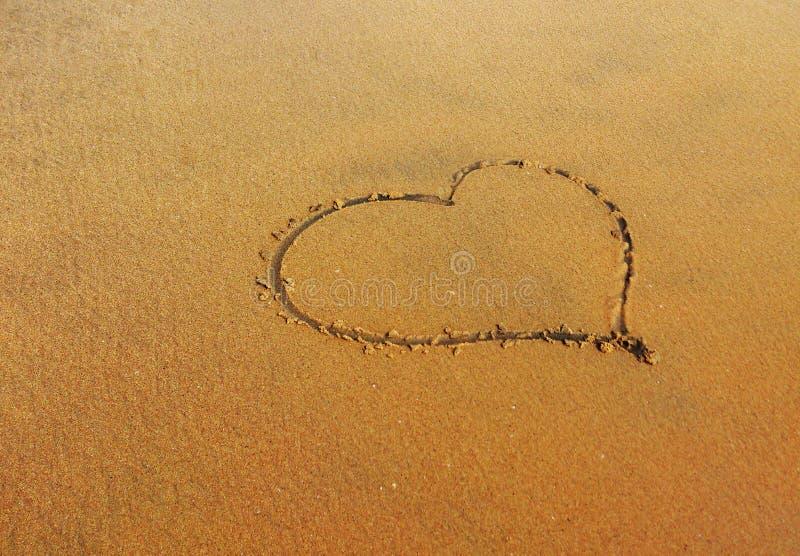 Hart als Kunst in strand stock afbeeldingen