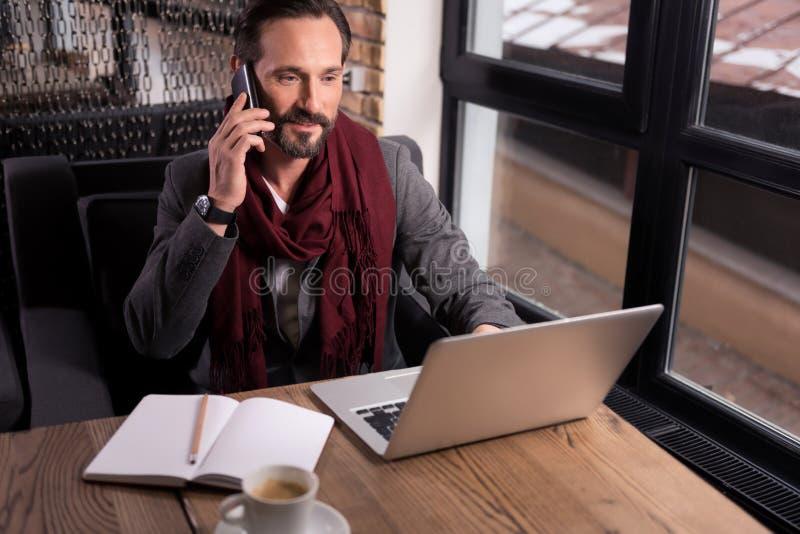Hart arbeitend überzeugter Geschäftsmann, der ein Telefongespräch hat lizenzfreie stockbilder