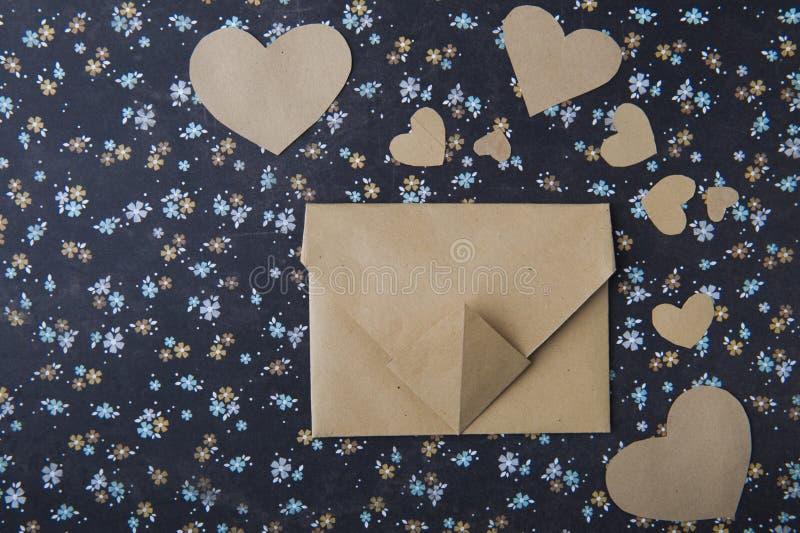 Hart blauwe bloemenachtergrond, envelop, liefdebrief, valentijnskaart` s bekentenis stock foto