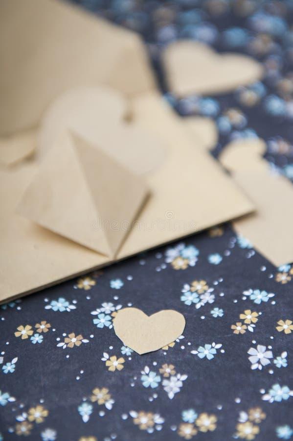 Hart blauwe bloemenachtergrond, envelop, liefdebrief, valentijnskaart` s bekentenis stock afbeeldingen