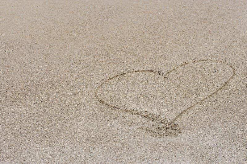 Hart dat in het zand wordt getrokken stock foto's