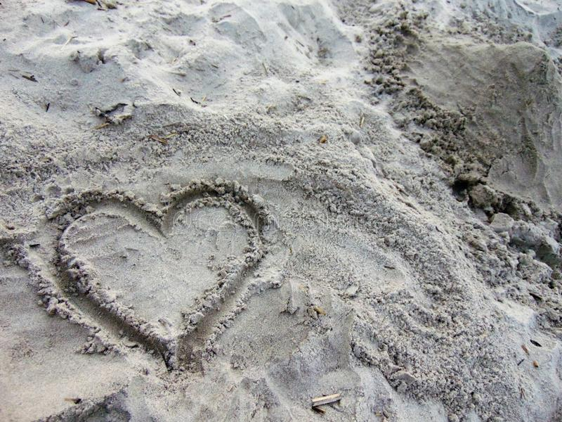 Hart dat in het zand wordt getrokken royalty-vrije stock afbeeldingen