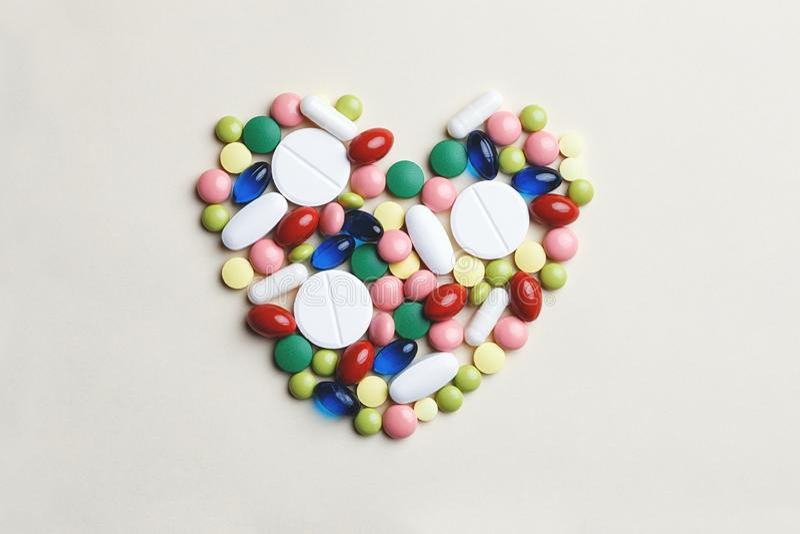 Hart dat van geassorteerde multi-colored pillen wordt gemaakt royalty-vrije stock afbeelding
