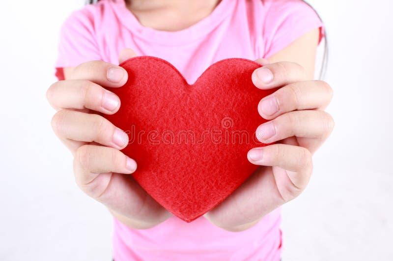 Hart in de geïsoleerdew handen stock foto's