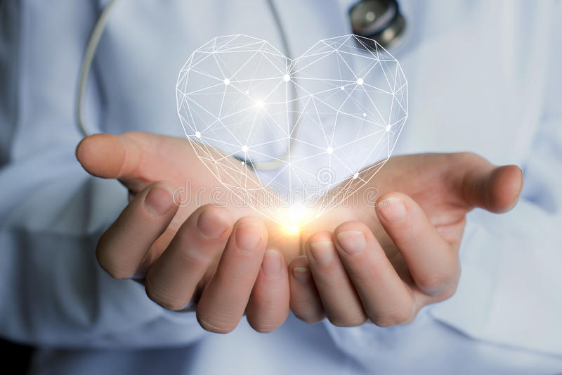 Hart in de handen van de arts stock afbeeldingen