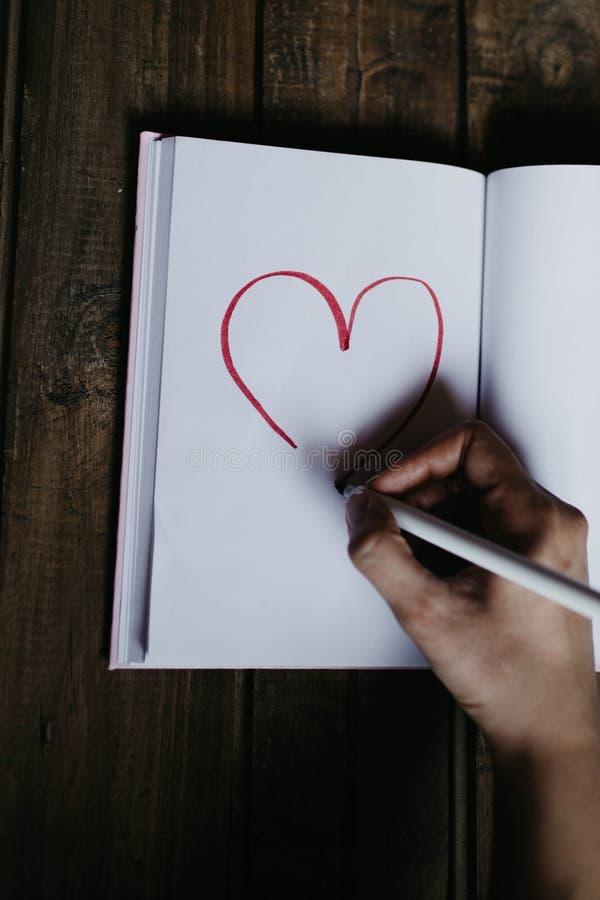 Hart in een notitieboekje op de Dag van Valentine stock foto