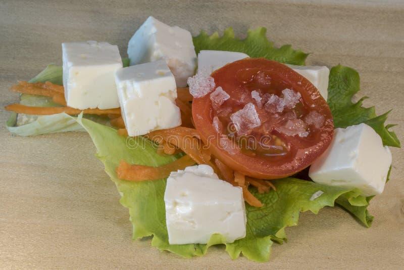 Hart gekochtes Ei, Tomate, Käse, Karotte, Salat lizenzfreie stockbilder