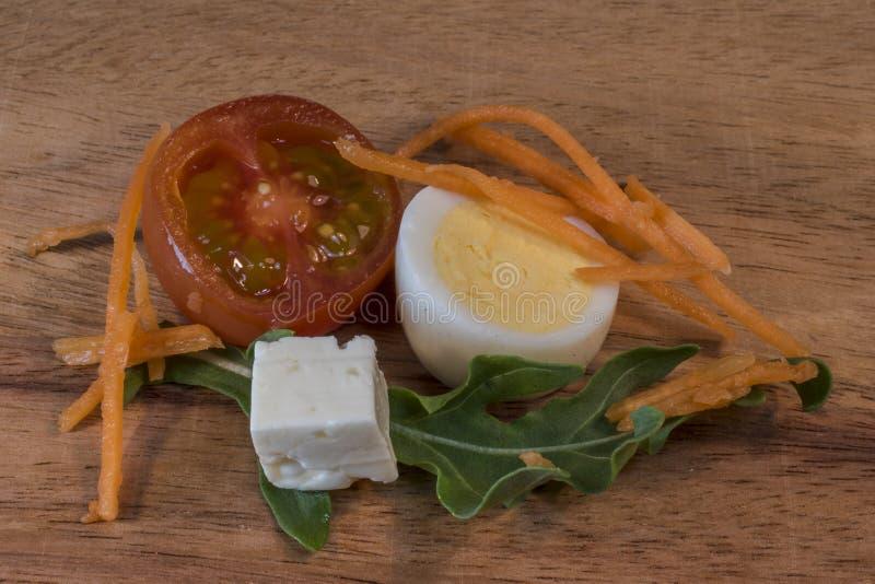 Hart gekochtes Ei, Tomate, K?se, Karotte, Salat stockfoto