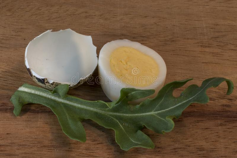 Hart gekochtes Ei und Salat stockfotografie