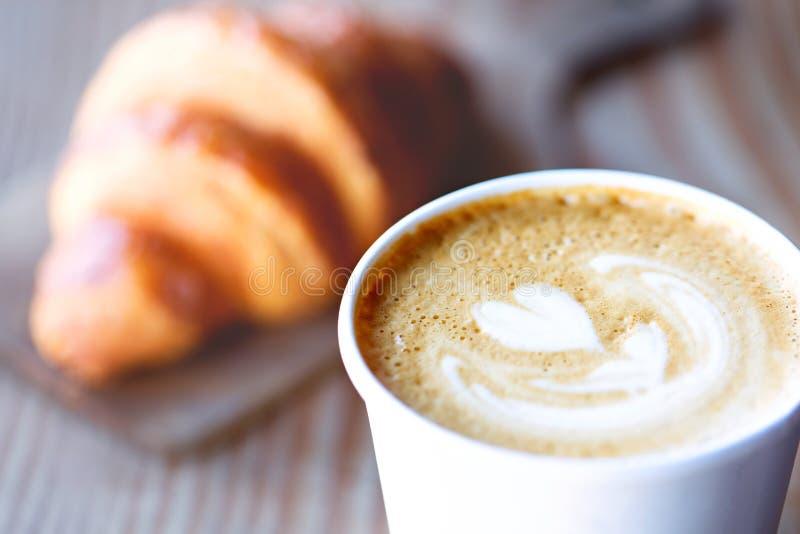 Hart gestalte gegeven latte art. stock afbeelding