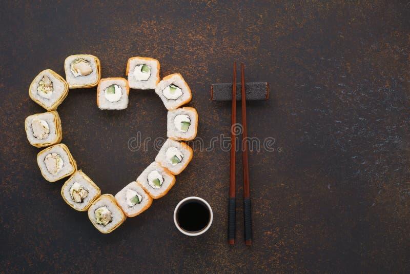Hart gestalte gegeven reeks sushibroodjes voor de Dag van Valentine stock afbeelding