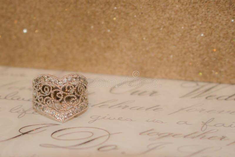 Hart gestalte gegeven ring met een fonkelende achtergrond royalty-vrije stock afbeeldingen