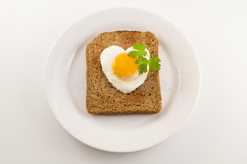 Hart Gevormd Ei op een Stuk van toost stock afbeeldingen